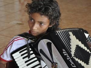 Estudante segue as tradições ciganas e toca acordeon durante eventos na escola, em Itumbiara, Goiás (Foto: Adriano Zago/G1)
