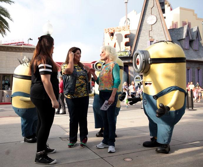 Ana Maria conversa com Fabiana Karla e a filha da atriz, Laura (Foto: Marcos Mazini/ Gshow)