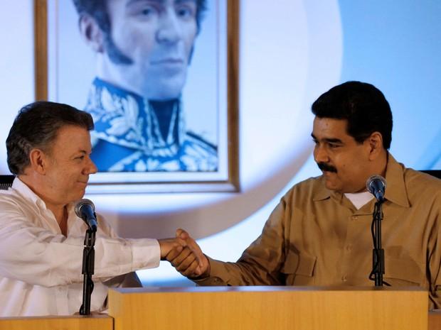 Os presidentes da Venezuela, Nicolás Maduro, e da Colômbia, Juan Manuel Santos, se cumprimentam durante reunião em Puerto Ordaz, na Venezuela, na quinta (11) (Foto: Reuters/Carlos Garcia Rawlins)