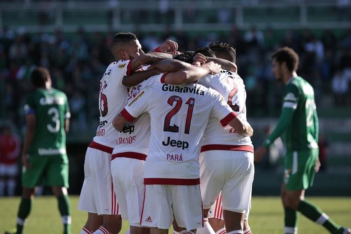 Jogadores do Flamengo comemoram segundo gol sobre a Chapecoense (Foto: Márcio Cunha / Agência Estado)