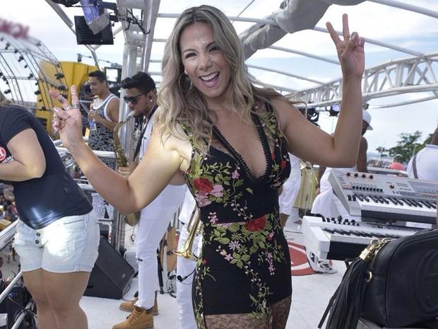 Carla Perez no trio do Harmonia do Samba (Foto: Elias Dantas/Ag Haack)