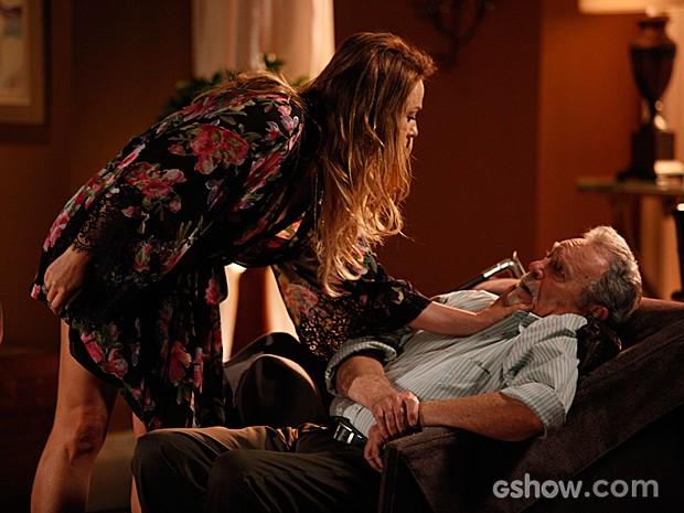 Shirley acorda o pai e descobre que ele andou bebendo (Foto: Pedro Curi / TV Globo)