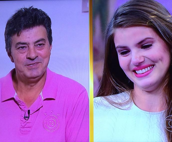 Camila Queiroz se emociona com o depoimento do pai (Foto: TV Globo)
