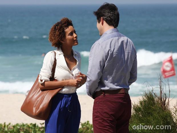 Pintou um clima! Verônica vai encontrar Jonas na praia (Foto: Carol Caminha/TV Globo)
