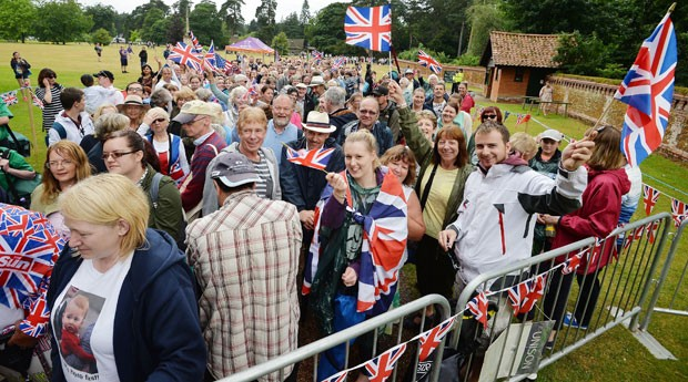 Fãs da família real aguardam o batizado da princesa Charlotte neste domingo (5) (Foto: John Stillwell/PA via AP)
