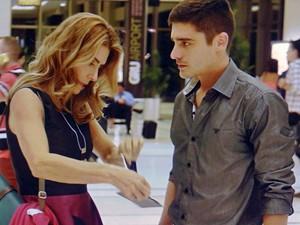 A ex-miss rasga o passaporte do garotão (Foto: TV Globo)