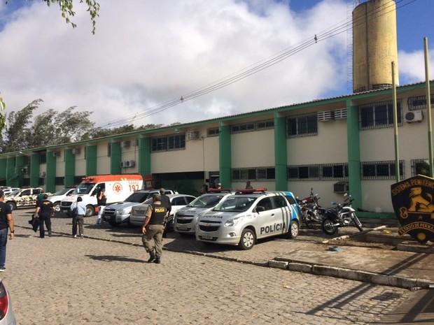 Equipes da PM, Samu e Corpo de Bombeiros estão na Penitenciária Juiz Plácido de Souza (Foto: Anderson Melo/TV Asa Branca)