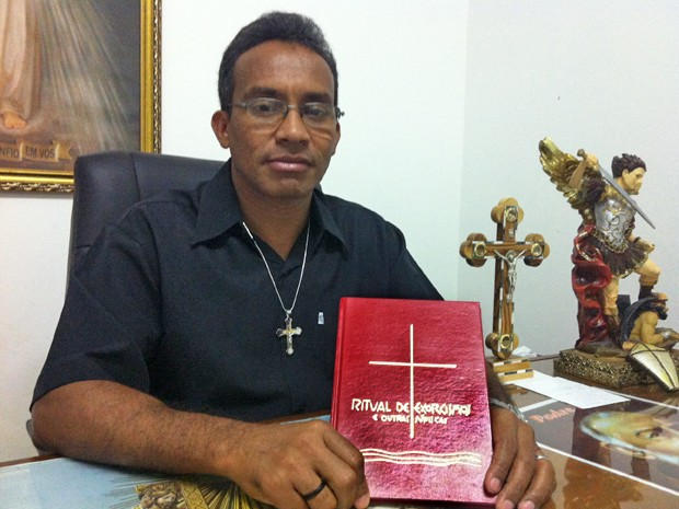 O padre exorcista Vanilson Silva, de Brasília (Foto: Raquel Morais/G1)