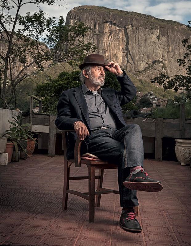 MAESTRO DOS MOVIMENTOS Paulo José na varanda de sua casa, no Alto da Gávea. Ele se casou de novo depois do Parkinson e nunca parou de trabalhar (Foto: André Arruda/ÉPOCA)