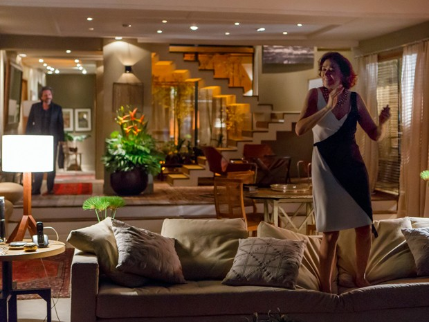 Zé fica chocado quando vê Marta dançando no sofá  (Foto: Artur Meninea/TV Globo)
