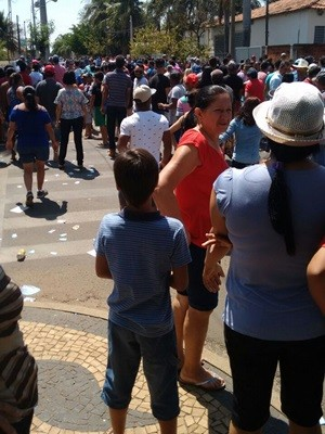 Várias pessoas na rua e grande tumulto em Adolfo, após prisão por crime eleitoral (Foto: WhatsApp/TV TEM)