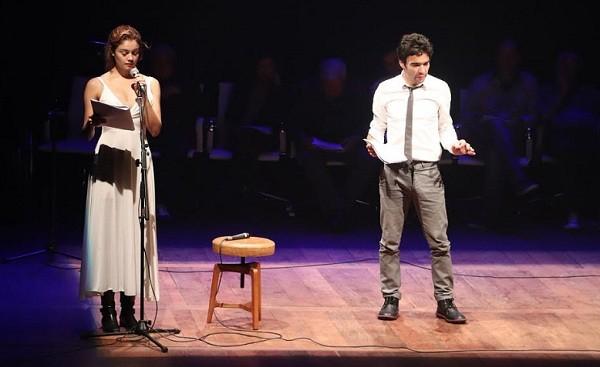 Sophie e Caio Blat leram o texto Ultimatum, de Domingos Oliveira, no palco do novo teatro  (Foto: Murillo Tinoco/ Divulgação)