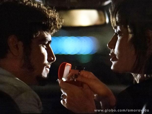 Michel consegue que Patrícia aceite anel de compromisso (Foto: Amor à Vida/TV Globo)