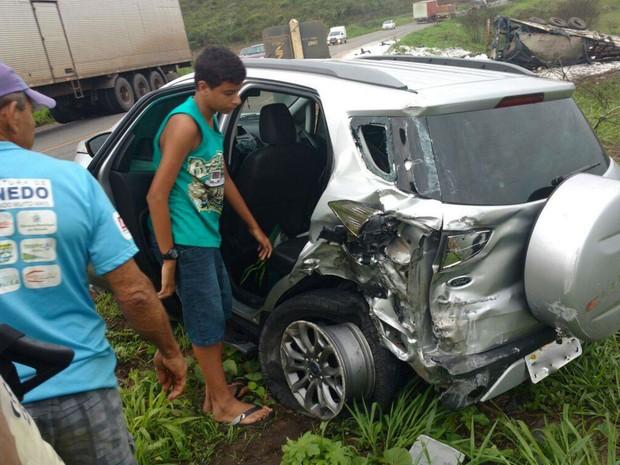 Acidente ocorreu em trecho da BR-101, em Entre Rios (Foto: Leandro Alves/Bahia10.com.br)