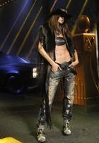 Izabel Goulart exibe barriga sarada na semana de moda de Milão