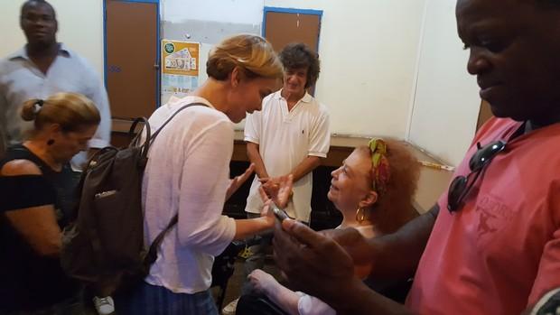 Beth Carvalho recebe Julia Lemmertz em seu camarim (Foto: Thiago Roderich / Divulgação)
