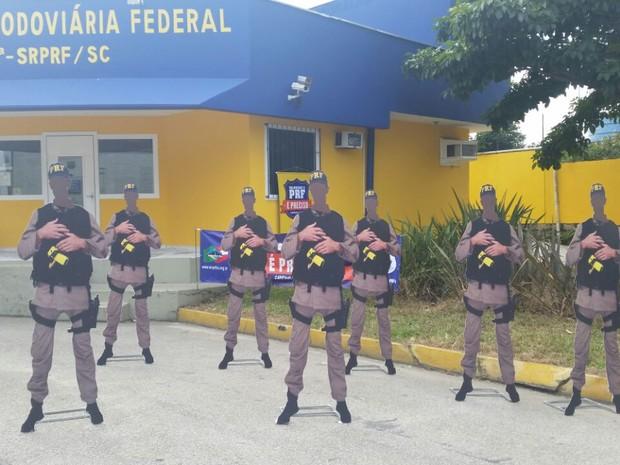 Protótipos em MDF são usados em protesto em posto da PRF em Biguaçu, SC (Foto: SINPRF-SC/Divulgação)