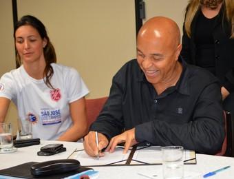 O secretário de esportes de São José dos Campos, João Bosco da Silva, assina o contrato de criação da OS (Foto: Danilo Sardinha/Globoesporte.com)