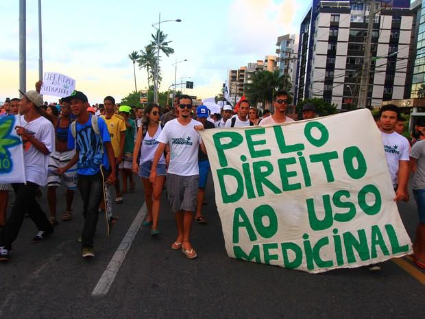 Usuários de maconha fazem passeata em defesa da liberação da droga  (Foto: Waldson Costa/G1)
