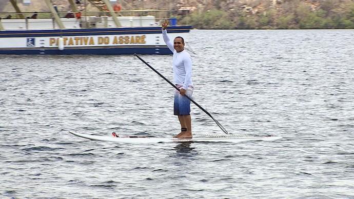 Menilson Filho pratica o Stand up paddle em Canindé de São Francisco (Foto: TV Sergipe)