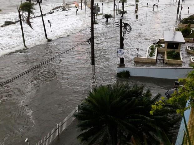 Água também entrou em prédios que ficam na Ponta da Praia (Foto: Carlos Martiniano/Arquivo pessoal)