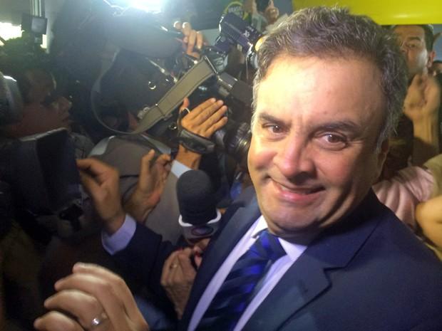 O senador Aécio Neves (PSDB-MG) foi apaludido por manifestantes na entrada do Congresso Nacional (Foto: Paulo Melo/G1)