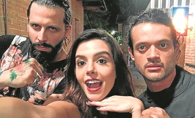 Henri Castelli, Giovanna Lancellotti e Álamo Facó nos bastidores de 'Sol nascente' (Foto: Arquivo pessoal)