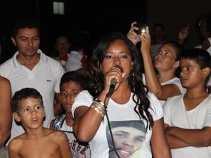 Luciana usa camisa com vítima de violência em Petrolina (Foto: Juliane Peixinho / G1)
