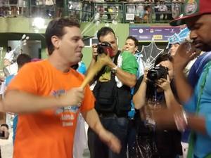 Prefeito arriscou umas batidas no tambor da bateria da Protegidos (Foto: Cristiano Anunciação/G1)