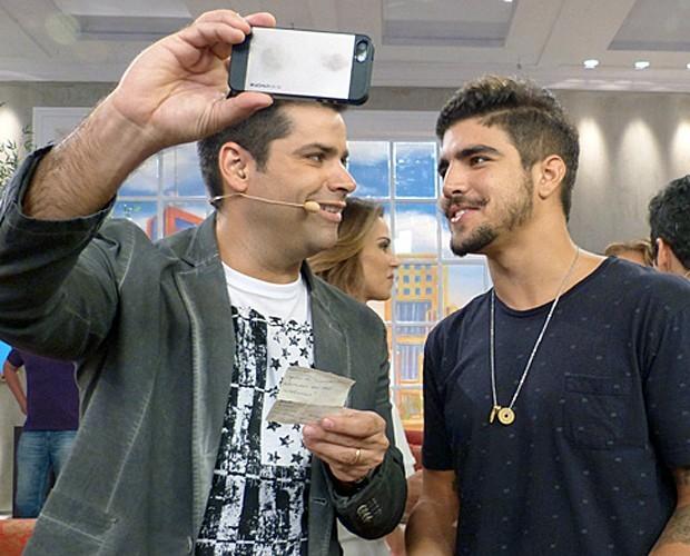 Lair Rennó faz selfie com Caio Castro (Foto: Carolina Morgago / Gshow)