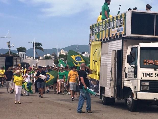 Cerca de 500 pessoas caminharam pela Beira-Mar no protesto, conforme PM (Foto:  Edivaldo Dondossola/RBSTV)