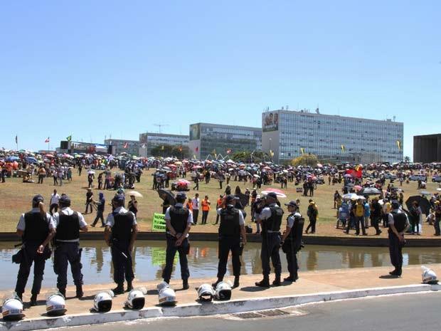 Policiais militares acompanham manifestação de servidores do Judiciário em frente ao Congresso (Foto: Vianey Bentes/TV Globo)