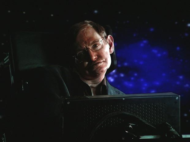 O cientista Stephen Hawking participa de uma transmissão via satélite no hotel Langham Hotel em Pasadena, na Califórnia (Foto: Frederick M. Brown/Getty Images)