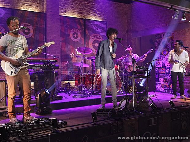 A banda anima a gravação da tarde desta quarta-feira, 8/5 (Foto: Sangue Bom/TV Globo)