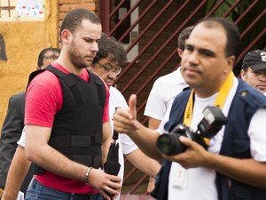 O padrasto de Joaquim, Guilherme Longo, começa a andar pela rua do imóvel para refazer o caminho até suposto ponto onde foi procurar por drogas na madrugada de 5 de novembro (Foto: Érico Andrade/ G1)