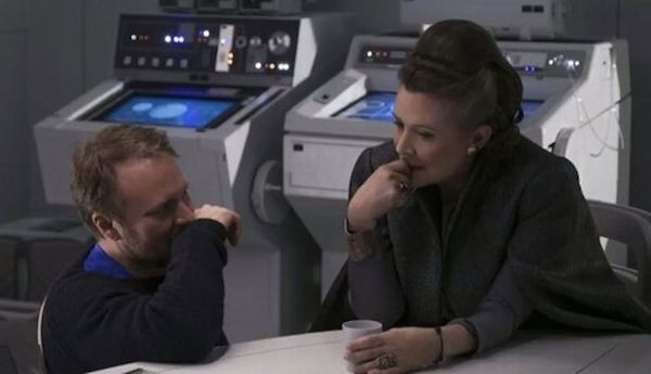 A atriz Carrie Fisher com o diretor Rian Johnson no set de Star Wars: Os Últimos Jedi (Foto: Reprodução)