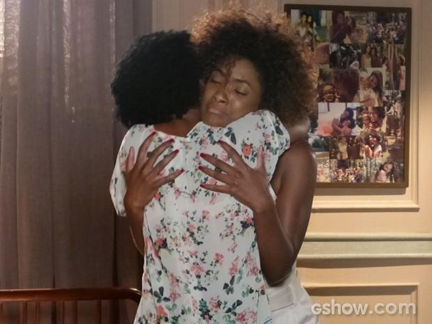 As duas se emocionam e se abraçam (Foto: Em Família/TV Globo)