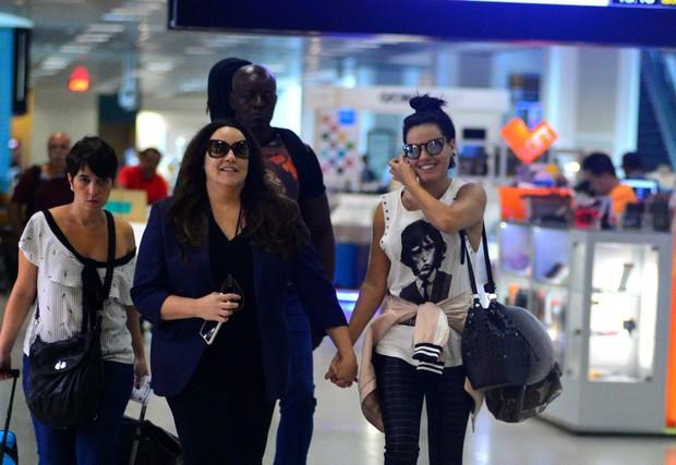 Ana Carolina e Letícia lima em aeroporto (Foto: William Oda/Agnews)