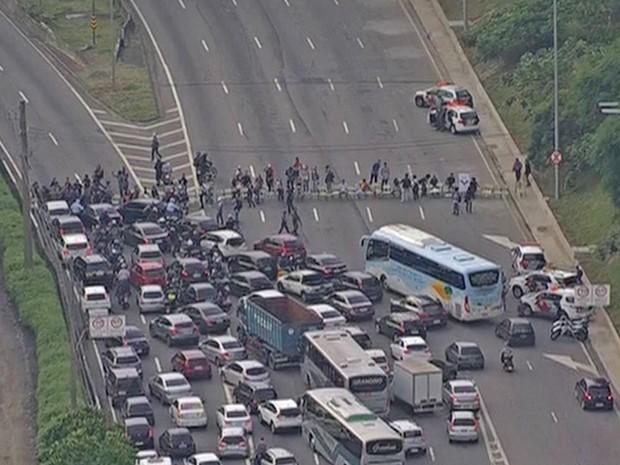 Protesto de estudantes fecha Marginal Pinheiros no sentido Interlagos (Foto: Reprodução/ TV Globo)
