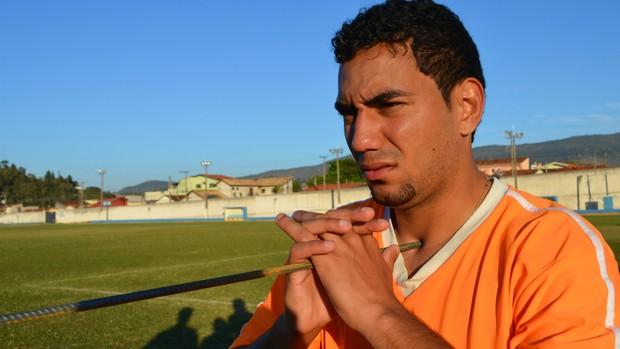 Volante Boquita, do Atibaia, com ferro no pescoço (Foto: Danilo Sardinha/Globoesporte.com)