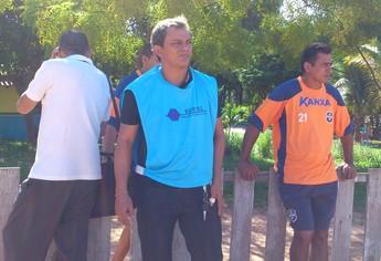Treinador Beto Farinha e seu auxiliar Claudinei,durante o amistoso do São Francisco sub 17 nesta quinta-feira (30) (Foto: Weldon Luciano  - GloboEsporte.com)