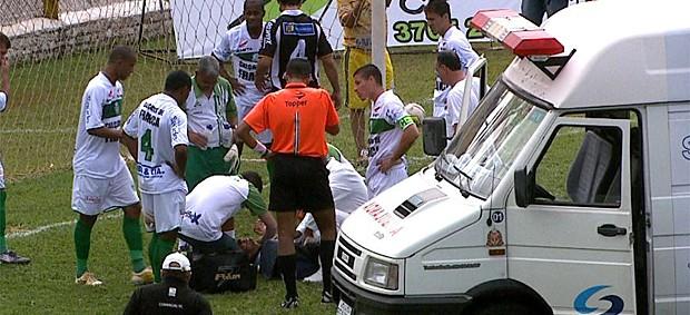 Goleiro Aldo é atendido pela ambulância, ainda no gramado (Foto: Reprodução EPTV)