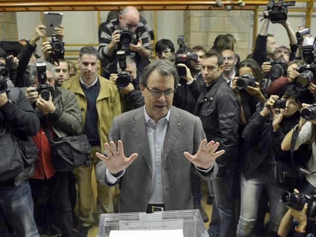 Presidente catalão Arthur Mas vota cercado pela imprensa (Foto: Manu Fernandez/AP)