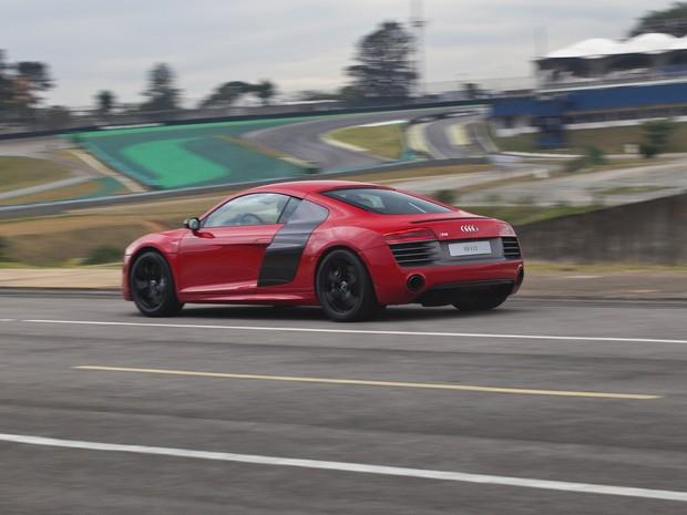 Audi R8 V10 Plus tem transmissão compacta de dupla embreagem com função de controle de saída para arranque mais rápido (Foto: Divulgação)