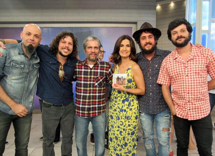 Fátima ao lado dos músicos da banda Suricato  (Foto: Carolina Morgado/Gshow)