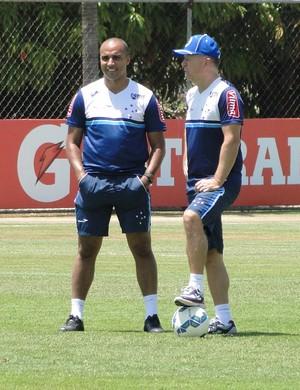 Mano Menezes, técnico do Cruzeiro, e Deivid, assistente (Foto: Tayrane Corrêa)