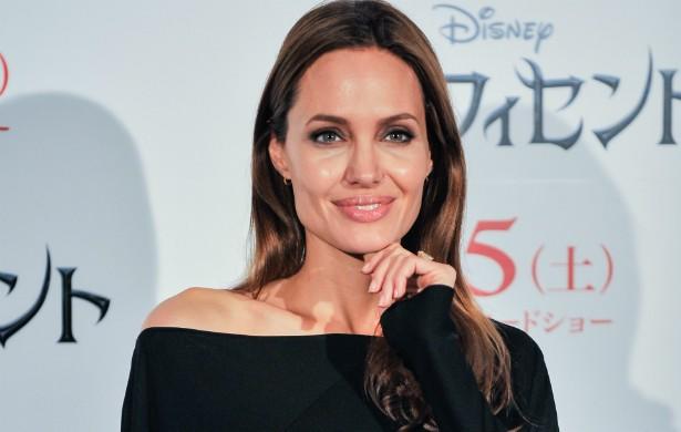 """Em uma entrevista a um programa de televisão em novembro de 2011, Angelina Jolie abriu o jogo sobre as drogas que já consumiu. """"Passei por uma época obscura, barra pesada, e sobrevivi. Não morri jovem, então tive sorte. As pessoas podem imaginar que fiz as coisas mais perigosas, e fiz as piores, por muitas razões eu não deveria estar aqui hoje"""", confessou a hoje esposa de Brad Pitt e mãe de seis crianças. (Foto: Getty Images)"""