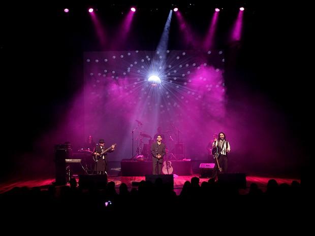 Clássicos dos Bee Gees permeiam apresentação da banda Geminis (Foto: Thiago Tavares / Divulgação)