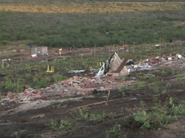 Casas foram destruídas na madrugada do sábado (18) (Foto: Reprodução/TV Sudoeste)