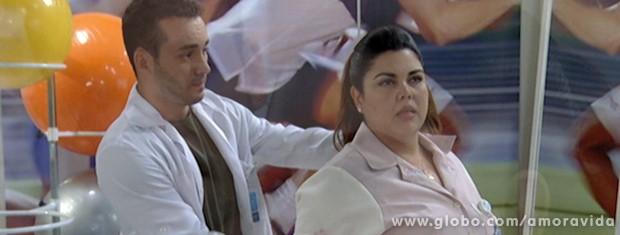 Ela fica enrolando para que o fisioterapeuta não pare (Foto: Amor à Vida / TV Globo)